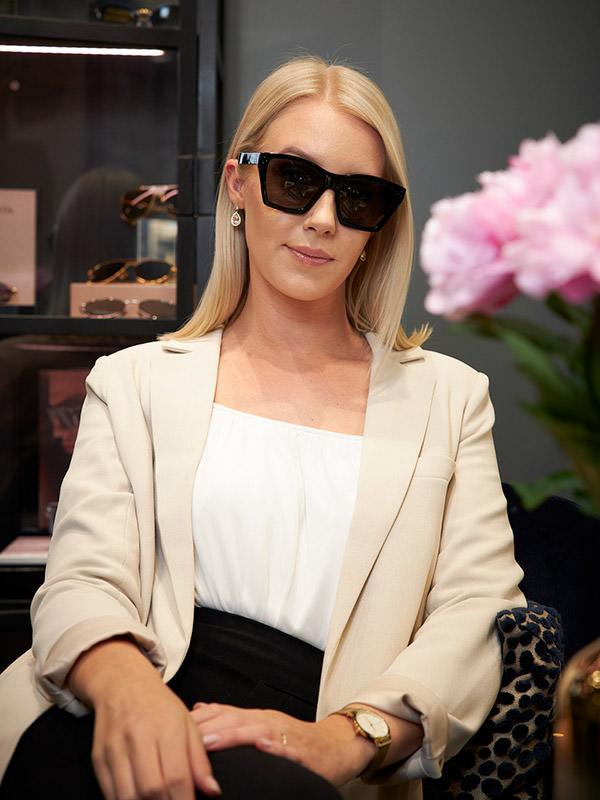 Pauline i solglasögon från Celine